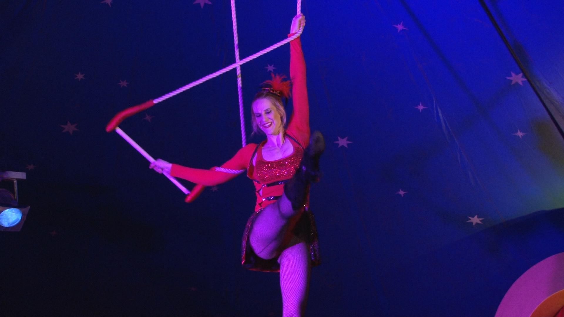 Laura-Cohen-Trapeze-Show-circusevents-koeln-1
