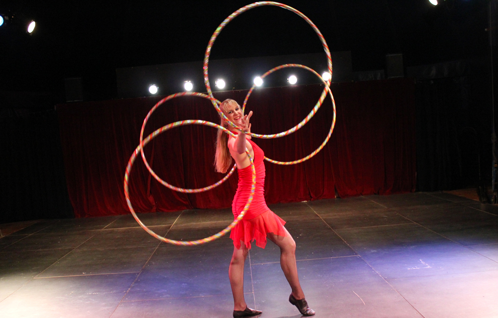 hula-hoop-show-4Hoops-1000x638-Circusevents-Koeln